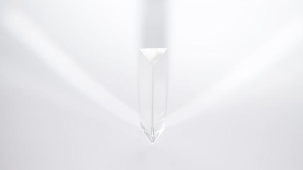 Een prisma die zonlicht op een witte achtergrond verspreidt