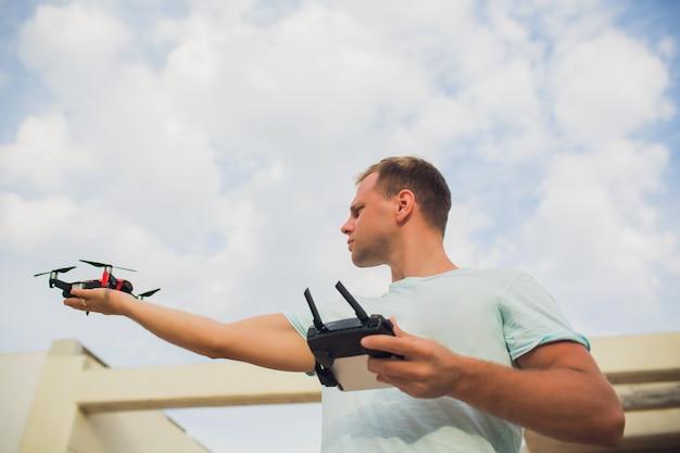 Een proces van lancering van de quadcopter drone, operator lanceert quadcopter uav, onbemande luchtvaartuigen vliegen.