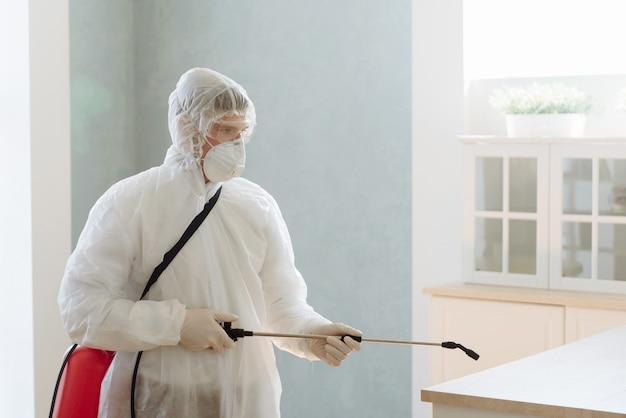 Een professionele aannemer plaagt of virussen door een huis te desinfecteren. coronavirus-epidemie covid-19.