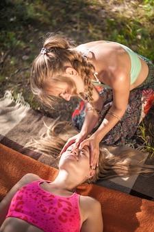 Een professionele masseuse voert een geweldige massage in de natuur adequaat uit.