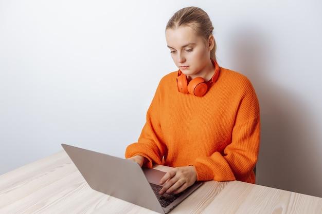 Een programmeurmeisje werkt op een laptop