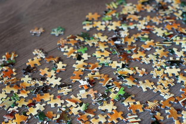 Een puzzel met kleurrijke details verspreid over een houten ondergrond