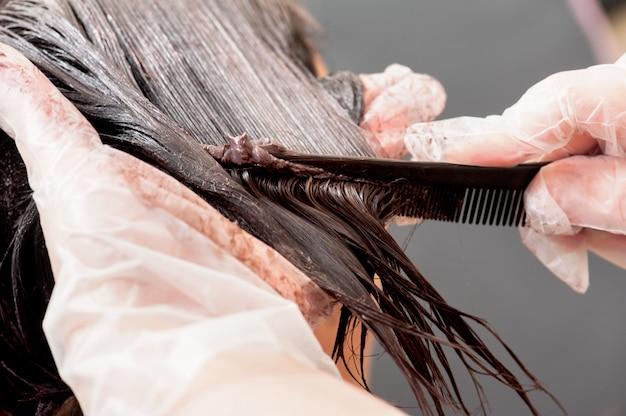 Een radicale verandering van haarkleur op grijze achtergrond