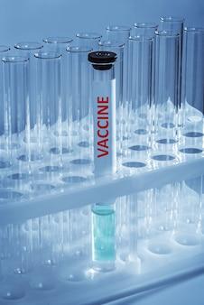 Een reageerbuis met vaccin op een medisch statief