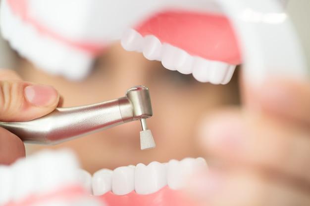Een receptie in het kantoor van de tandarts, die het glazuur van tanden schoonmaakt