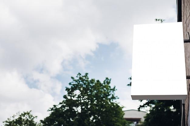 Een reclamebord vanaf de zijkant van een gebouw