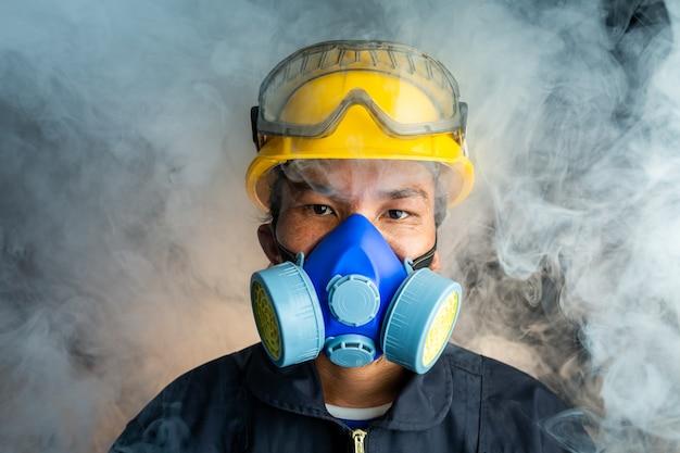 Een reddingswerker draagt een gasmasker in een rokerige giftige atmosfeer