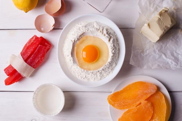 Een reeks ingrediënten voor het bakken op een wit