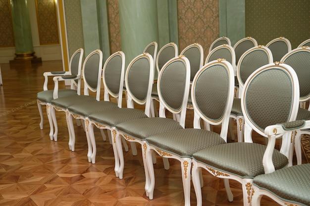 Een reeks luxe dure stoelen van klassiek design voor een speciaal evenement.