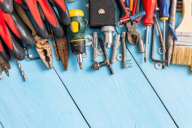Een reeks oude hulpmiddelen op een blauwe achtergrond.