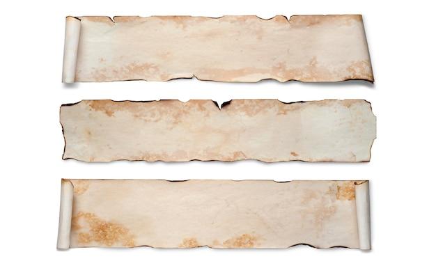 Een reeks oude verfrommelde papieren rollen. geïsoleerd op wit, kopieer ruimte.