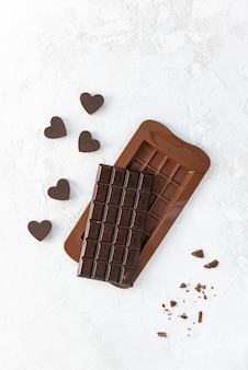 Een reep donkere huisgemaakte chocolade met hartjes.