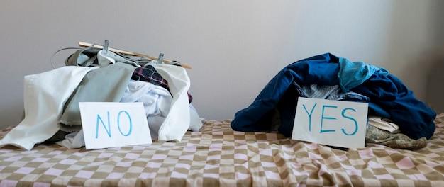 Een reiniging en sortering van de kleding twee hoop textiel kies ja of nee