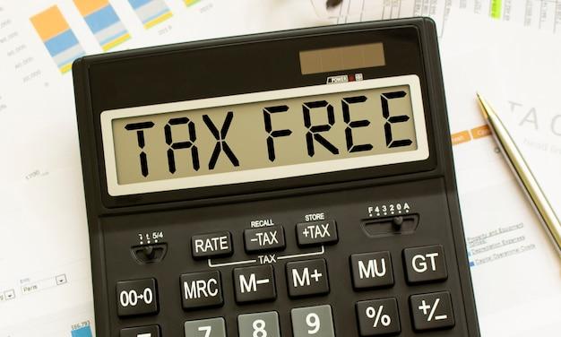 Een rekenmachine met het label tax free ligt op financiële documenten op kantoor.