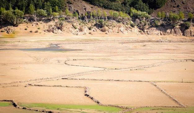 Een reservoir laat in het groeiseizoen, afgetapt van water.