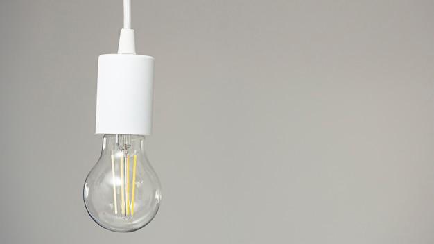 Een retro led-lamp hangt aan het snoer