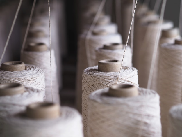 Een rij buizen van de textielindustrie in fabrieken