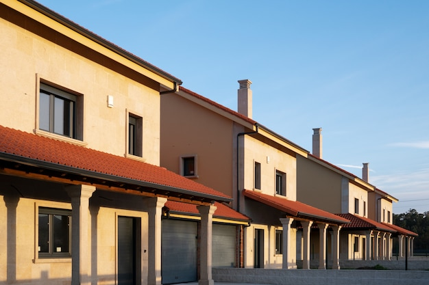 Een rij nieuwe herenhuizen of flatgebouwen