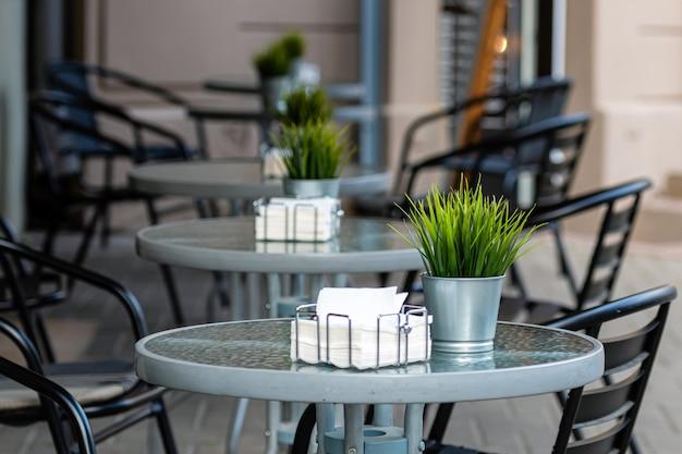 Een rij tafels met stoelen gaat over in een wazige straat