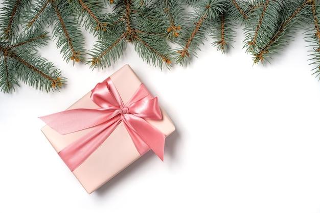Een rij van dennentakken en een geschenkdoos met een boog geïsoleerd