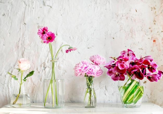 Een rij vazen met roze bloemen
