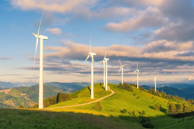 Een rij windturbines in een zonsondergang