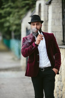 Een rijke man met een baard, nadenkend over zaken