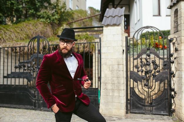 Een rijke man met een baard rookt wieg