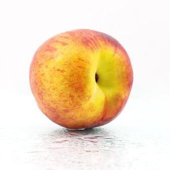 Een rijpe perzik op een witte achtergrond. vitamine en gezonde voeding
