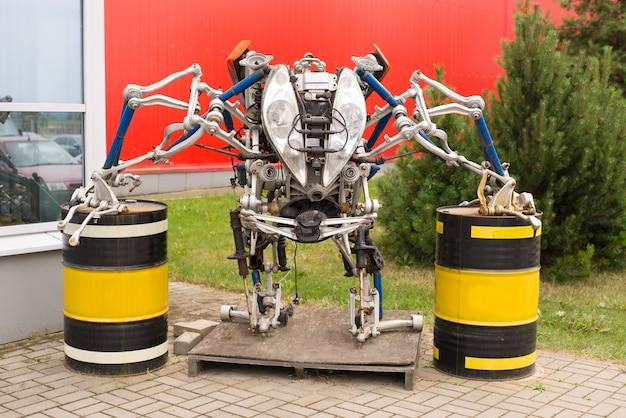Een robot gemaakt van reserveonderdelen voor een auto