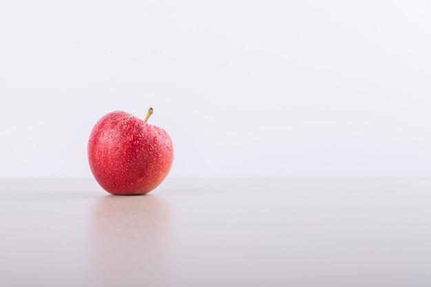 Een rode appel.