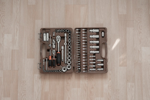 Een rode doos met instrumentengereedschap, reparatieset voor auto's