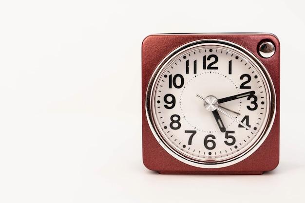 Een rode geïsoleerde wekker