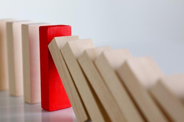 Een rode houtblokkenrij van de winnaarloterij leidt zeldzame ziekte multilevel personofication gezag achteronderzoek geheime steekproef speciale spionclose-up
