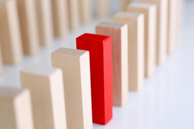Een rode houtblokrij van de winnaarloterij