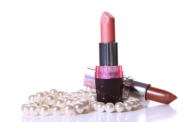 Een rode lippenstift met perl op wit