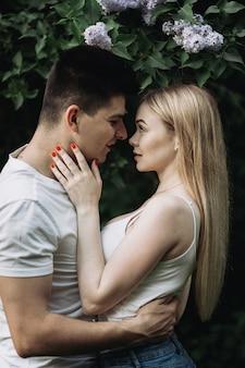 Een romantisch verliefde paar knuffelen en kijken naar elkaar buitenshuis