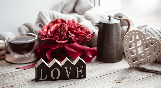 Een romantische compositie voor valentijnsdag met het decoratieve woord liefde en decordetails.