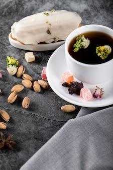 Een romige melkachtige taart met een kopje thee