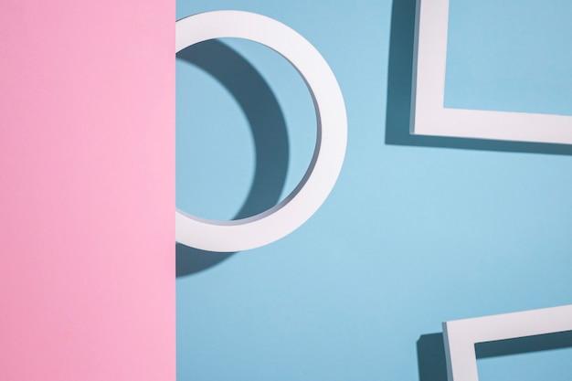 Een rond ringpodium op een blauwe achtergrond piept uit een roze kartonnen achtergrond
