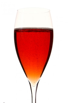 Een rood champagle-glas met alcohol