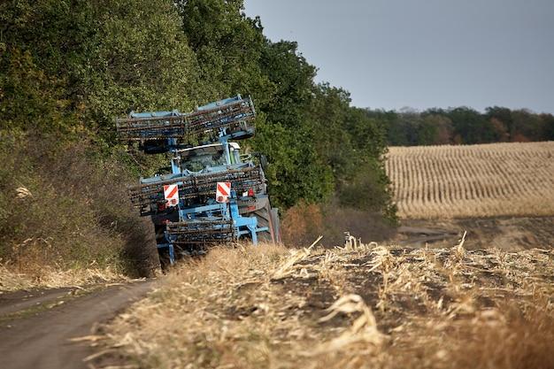 Een rood tractorgebied ploegen. trekker landbouwgrond.