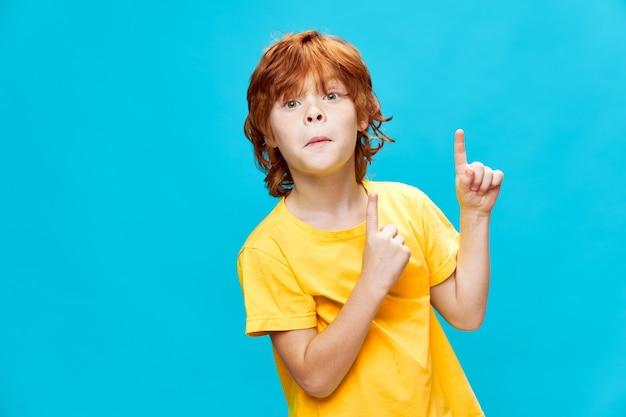 Een roodharige jongen met een domme uitdrukking op zijn gezicht