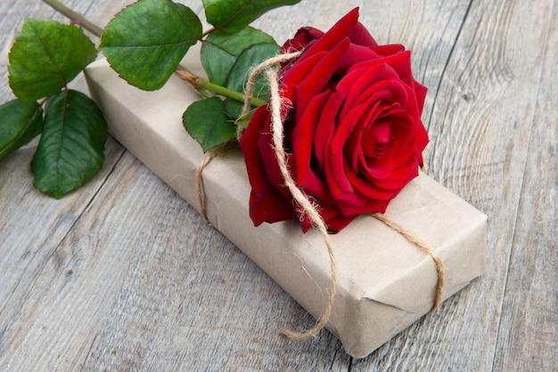 Een roos en een geschenk voor valentijnsdag Premium Foto