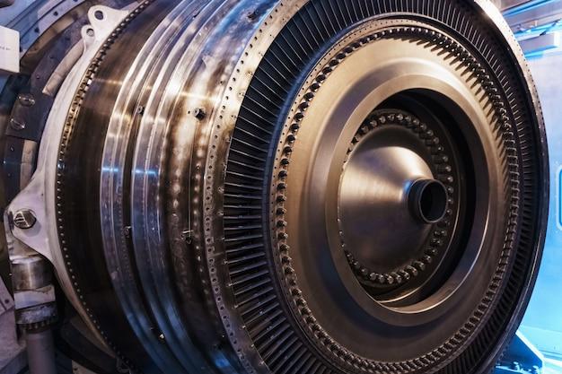 Een rotorschijf met bladen van een turbojet gasturbinemotor, binnenaanzicht. elementen, details en mechanismen van turbines. energie en werktuigbouw