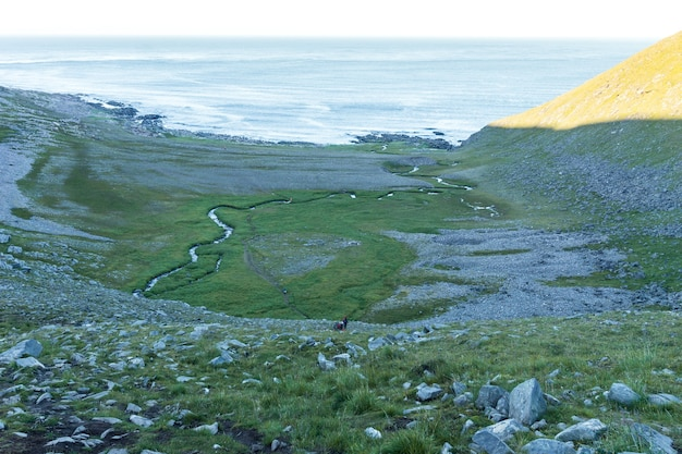 Een rotsachtige kust van de barentszzee, mageroyya island, noorwegen Premium Foto