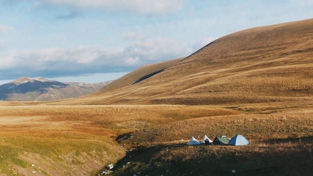 Een route door de gouden heuvels en weiden bij zonsopgang door de majestueuze landschappen.