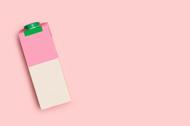 Een roze en witte melkbaksteen op een roze achtergrond