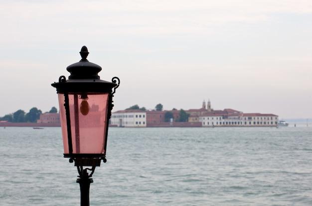 Een roze lantaarn van venetië