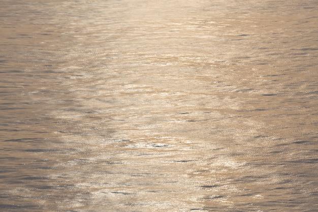 Een rustige baai die de ondergaande zon weerkaatst en warm schijnt
